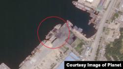 지난 16일 북한 원산항을 촬영한 위성사진. 석탄 적재를 위한 노란 크레인 옆에 약 90m 길이의 선박이 정박해있다. '플래닛' 제공 사진.