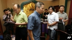 In this July 17, 2009 file photo, legal scholar Xu Zhiyong (C) is seen with Chinese lawyers, including Jiang Tianyong (R) and Yang Huiwen (2nd L) after a meeting in a restaurant in Beijing, China.