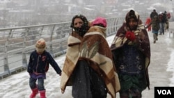 جنگ سوریه ٣ میلیون و ۸۰۰ نفر را وادار به مهاجرت به کشورهای همسایه و ۶ میلیون و ۸۰۰ هزار نفر را در داخل آنکشور از خانه هایشان بیجا نموده است.