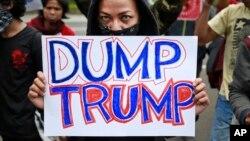一名抗议者在印度尼西亚雅加达的美国大使馆外抗议(2017年2月4日)