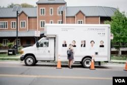 이산가족 사진들이 전시돼 있는 트럭 차량. 폴 작가는 이산가족에 대한 미국인들의 관심을 끌어내기 위해 트럭 차량을 타고 미국 전역을 돌며 전시회를 열 계획이다. 사진 크레딧: Charles Yook