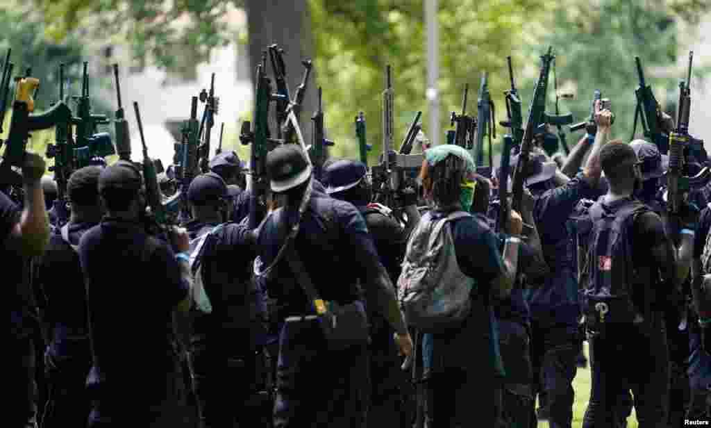 مسلح مظاہرین بریونا ٹیلر کی ہلاکت کی شفاف تحقیقات کا مطالبہ کر رہے تھے۔