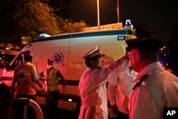 开罗警察指挥运送空难遇难者遗体的汽车行驶(2015年10月31日)