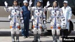 Liu Yang (izq.) junto a sus dos compañeros de vuelo poco antes de la partida.