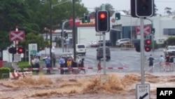 Nước lũ quét sạch 1 con đường ở Toowoomba, Queensland, 10/1/2011