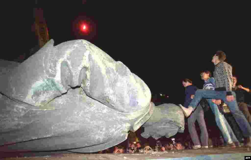 Поверженный памятник первому председателю ВЧК Феликсу Дзержинскому на Лубянке