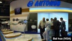 去年8月莫斯科國際航展上的烏克蘭安東諾夫飛機設計局展台。烏克蘭在幫助中國開發大型運輸機。 (美國之音白樺拍攝)