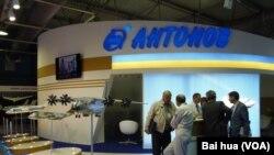 去年8月莫斯科国际航展上的乌克兰安东诺夫飞机设计局展台。乌克兰在帮助中国开发大型运输机。(美国之音白桦拍摄)