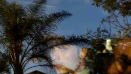 Oskar Pistorius vidjen kroz prozorsko okno automobila kojim je otišao iz sudnice kada je pušten uz kauciju