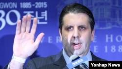 마크 리퍼트 주한 미국 대사가 10일 서울 신촌세브란스 병원에서 퇴원 기자회견을 가지고 있다.
