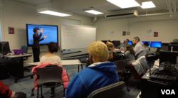 王琪教授使用美国手语授课