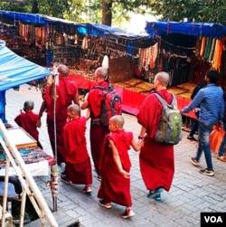 麦克里欧甘吉街头的喇嘛。(美国之音朱诺拍摄,2016年11月7日)