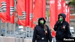 戴着口罩的俄罗斯警察在莫斯科巡逻。(2020年5月9日)
