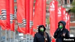 Petugas kepolisian mengenakan masker wajah berpatroli dalam hari peringatan kemenangan Rusia atas Nazi pada Perang Dunia II di tengah pandemi virus corona, di Moskow, Rusia, 9 Mei 2020. (Foto: Reuters)