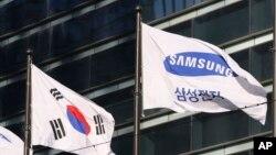 Lá cờ Samsung bên cạnh quốc kì Hàn Quốc, ngày 16 tháng 01 năm 2017.
