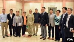 十多位香港泛民主派立法會議員會見選管會主席馮驊。(美國之音湯惠芸攝)