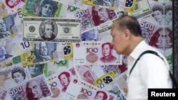 홍콩의 한 환전소 외부에 위안화, 달러화, 유로화 사진이 붙어있다. (자료사진)