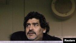 Diego Maradona no vive con su compañera quien no habría viajado a Emiratos por los riesgos del embarazo.
