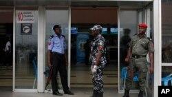 지난 4일 나이지리아 라고스 국제공항에서 에볼라 바이러스 감염 사태에 따른 검역이 강화된 가운데, 경찰들이 출입국장 입구를 지키고 있다.