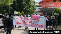 Mahasiswa Universitas Sumatera Utara (USU) melakukan orasi menuntut agar oknum dosen jurusan sosiologi yang diduga melakukan pelecehan seksual dipecat, Senin, 27 Mei 2019. (Foto: VOA/Anugrah Andriansyah)