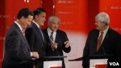 Para kandidat Calon Presiden dari Partai Republik berbincang sesaat sebelum debat di Tampa, Florida. Dari kiri ke kanan: Rick Santorum, Mitt Romney, Ron Paul dan Newt Gingrich (23/1).