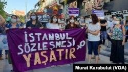 Manifestation de femmes turques pour empêcher le gouvernement de se retirer de la Convention d'Istambul de 2012 sur la lutte contre les violences sexistes. (Photo Murat Karabulut/VOA)