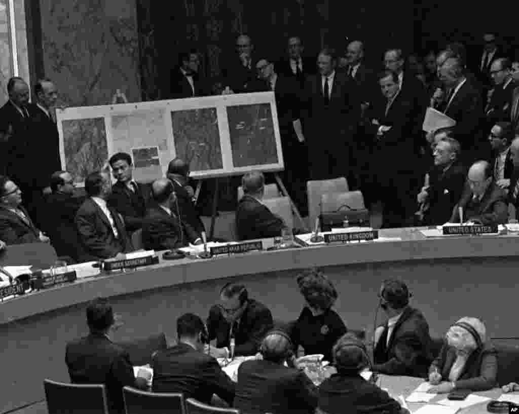 Hình tài liệu chụp ngày 25/10/1962, tại phiên họp của Hội Đồng Bảo An Liên Hiệp Quốc được triệu tập khẩn cấp, Đại sứ Mỹ Adlai Stevenson, ngồi bên phải, trình bày các không ảnh cho thấy các địa điểm phóng tên lửa đạn đạo tầm ngắn ở Cuba