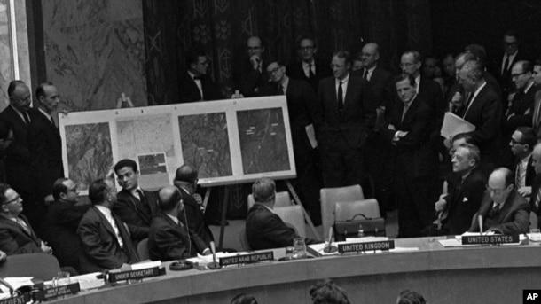 Tư liệu- Ngày 25 tháng 10 năm 1962, đại sứ Hoa Kỳ Adlai Stevenson, bên tay phải, miêu tả một bức không ảnh chụp bãi phóng tên lửa tầm xa của Cuba trong một cuộc họp bất thường của Hội đồng Bảo an Liên hiệp quốc.