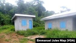 Des maisons abandonnées par les anciens résidents de Lom-Pangar dans l'est du Cameroun, 5 septembre 2018. (VOA/Emmanuel Jules Ntap)