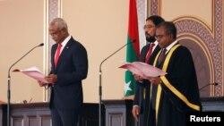 马尔代夫新总统萨利赫(左)2018年11月17日宣誓就职(路透社)