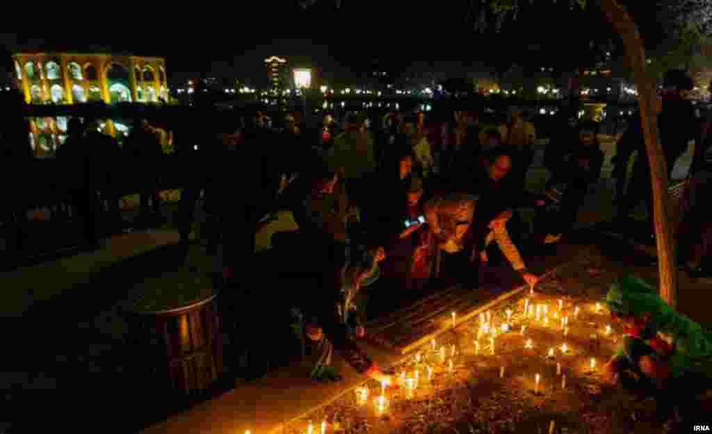 مردم تبریز شنبه شب با حضور در پارک ایل گلی این شهر، به یاد حادثه دیدگان حادثه برخورد دو قطار در ایستگاه هفت خوان سمنان شمع روشن کردند.