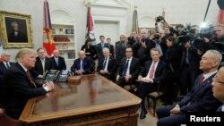 美国总统特朗普在白宫椭圆形办公室会晤中国副总理刘鹤。(2019年1月31日)
