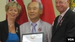 지난달 북한 인권 개선에 기여한 공로로 영국 여왕 즉위 60주년 특별 메달을 받은 캐나다 북한인권협의회 이경복 회장(가운데). 왼쪽은 쥬디 스그로 연방 의원, 오른쪽은 마리오 세르지오 온타리오 주의원.