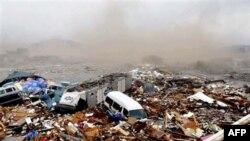 Xe cộ và nhà cửa bị cuốn trôi sau trận sóng thần ở Miyagi, miền bắc Nhật Bản, ngày 11/3/2011