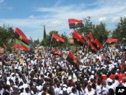Bandeiras do MPLA e da UNITA nas celebrações do Dia da Paz, em Malanje