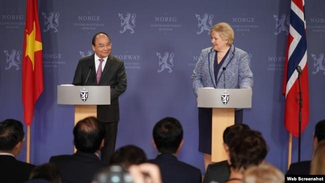 Thủ tướng Nguyễn Xuân Phúc và Thủ tướng Na Uy Erna Solberg tại cuộc họp báo. Photo Báo Quốc tế/VGP News.
