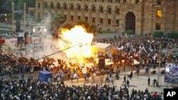 音樂會上許多氣球燃燒起來。