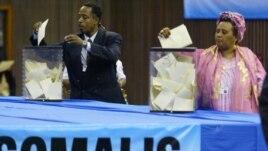 Des Somaliens votant au Kenya