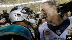 Cam Newton des Carolina Panthers (G) et Peyton Manning des Denver Broncos après la 50ème édition du Super Bowl le 7 février 2016. (Photo AP)
