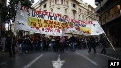 Greqi: Nxënësit e shkollave të mesme përleshen me policinë