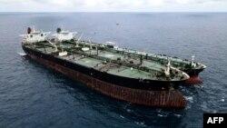 Ảnh vệ tinh do lực lượng hải cảnh Indonesia công bố ngày 24/1 cho thấy tàu chở dầu Iran và Panama bị nghi ngờ chuyển dầu bất hợp pháp trong vùng biển Indonesia.