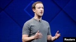 마크 저커버그 페이스북 최고경영자가 지난해 미국 캘리포니아 산호세에서 열린 페이스북 연례 개발자회의에서 연설하고 있다. 페이스북은 5천만 명 이상의 개인정보가 승인 없이 유출됐다는 의혹을 받고 있다.
