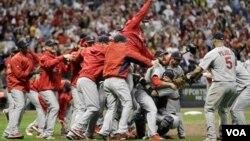 Los Cardenales de San Louis estrenan el título ganado en la temporada pasada.