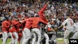 El equipo de St. Louis Cardinals celebró su pase a la Serie Mundial luego de derrotar a a los Cerveceros de Milwaukee.