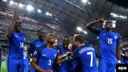 Les joueurs de la France célèbrent après leur victoire sur l'Allemagne en match de demi-finale de l'Euro 2016 au Stade Vélodrome de Marseille, France, 07 juillet 2016.