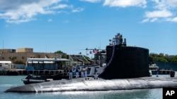 """资料照片:美国海军""""伊利诺伊""""号弗吉尼亚级核动力快速潜艇完成部署任务后返回位于夏威夷珍珠港-希卡姆联合基地的母港。(2021年9月13日)"""