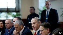 PM Israel, Benyamin Netanyahu, ketiga dari kanan, menghadiri rapat kabinet mingguan (22/1). Jerusalem, Israel. (foto: Ronen Zvulun, Pool via AP)