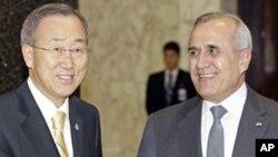 Lebanese President Michel Suleiman (r) with U.N. Secretary-General Ban Ki-Moon at the Presidential Palace in Baabda, east of Beirut, Jan. 13, 2012.