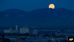 미국 콜로라도주 덴버의 록키산맥 위로 보름달이 떠 있다.