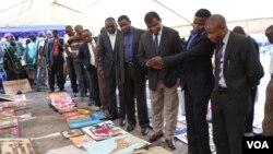 Des représentants de la Communauté Economique des Pays des Grands Lacs, et des autorités du Nord-Kivu, admirent des oeuvres d'artistes congolais, rwandais et burundais, à Goma, le 12 mars 2014.